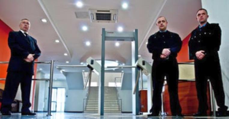 Как должна осуществляться техническая и физическая охрана предприятий